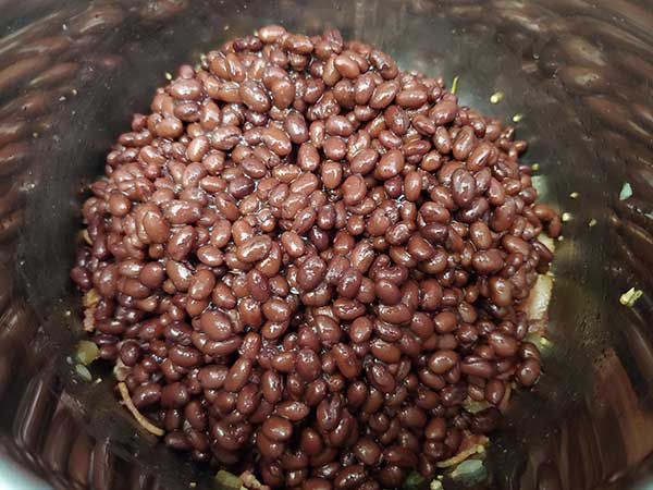Canned black beans in pot.